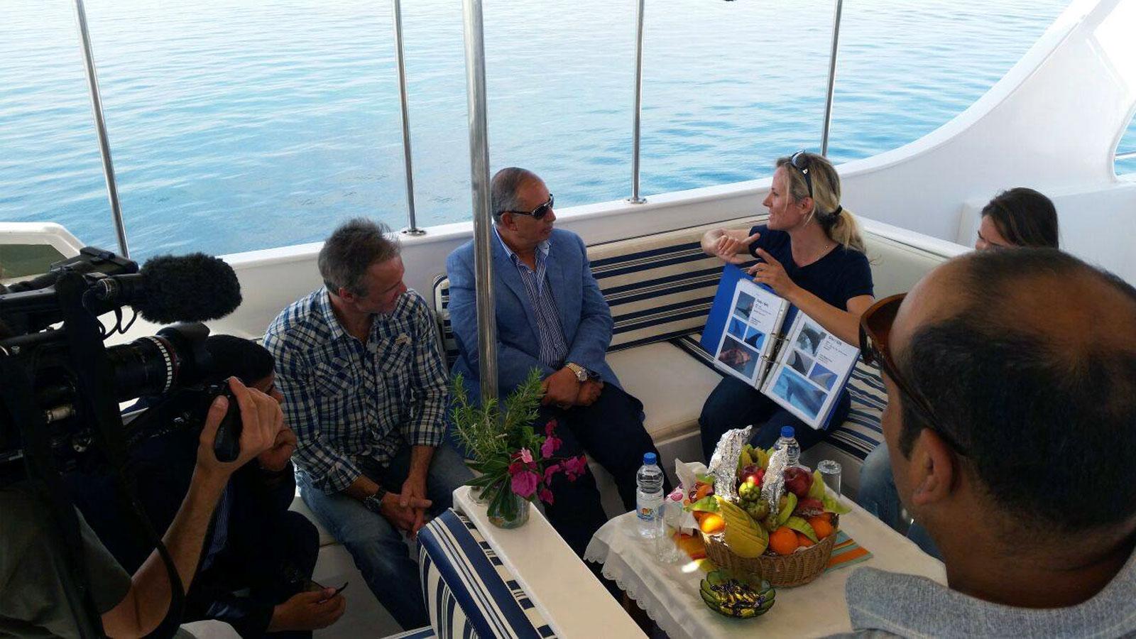 Angela Ziltener erklärt die Projekte von Dolphin Watch Alliance